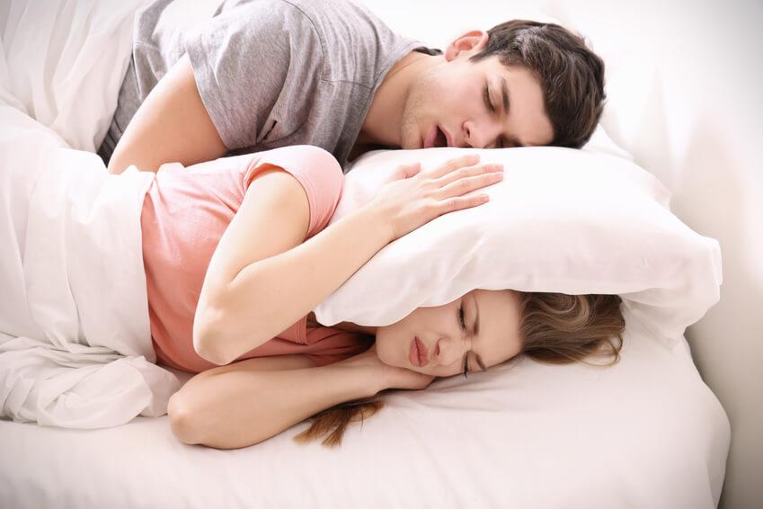 Älteres Paar kann auf Grund von Schnarchen nicht gut schlafen