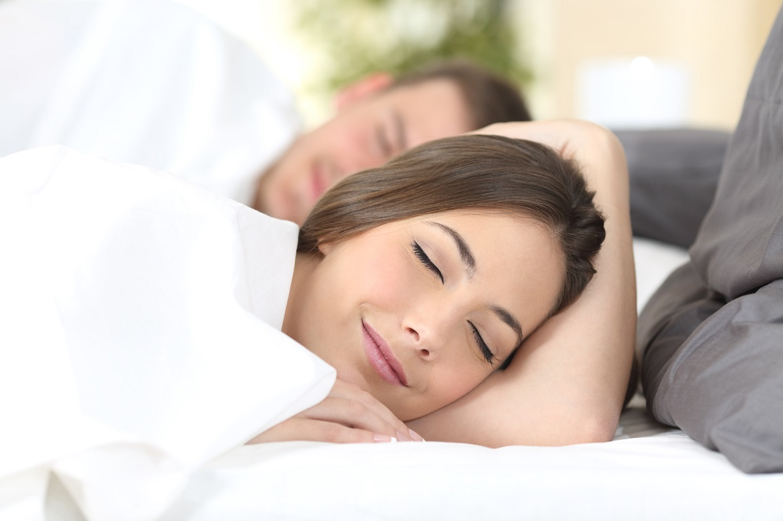 Junges Paar unterhält sich fröhlich nach einem entspannenden Schlaf