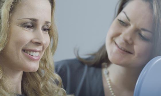 Glückliche Patientin nach der Pinhole Behandlung mit Zahnärztin Sarah Zweifel (r.)